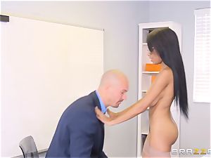 nude manager Britney milky seduces employee
