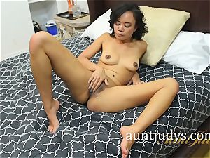 Annie Cruz frigs and spanks her Mature cootchie