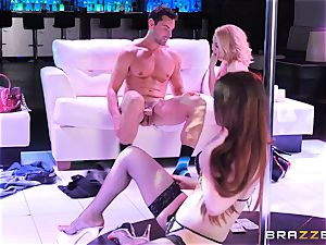 Aaliyah enjoy shares her man with mind-blowing pole dancing Veronica Vain