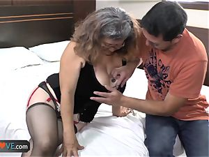 AgedLove obese mature is pulverizing on bed