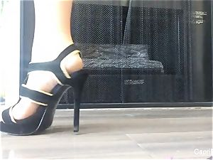 Capri showcases off her cool feet & attempts on some high-heeled shoes